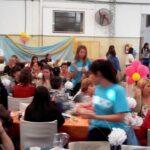 Los chicos de la Fundación Techo colaborando en la atención de las mesas